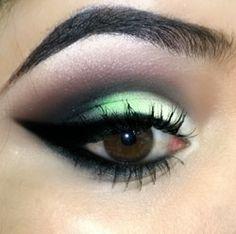 Maquiagem em tons de verde com delineado grosso