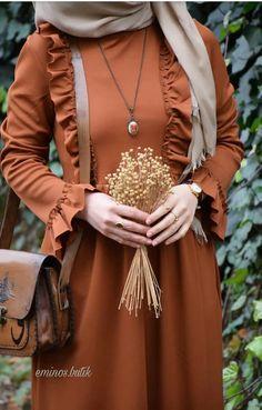 Cinnamon Color Dress with Ruffle – Eminos Butik Hijab Outfit, Hijab Style Dress, Stylish Dress Designs, Stylish Dresses, Casual Dresses, Abaya Designs, Abaya Fashion, Muslim Fashion, Men's Fashion