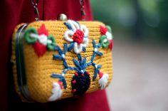 Bolsito Luvov tricotado en mostaza y bordado con muchos por lanusa, $85.00