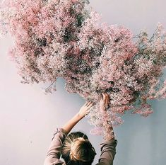 The latest wedding trend is nebulous airy and levitational designs and we are OBSESSED Dried branches and florals kokedama botanical inspo and frozen in time design inspi. Design Floral, Deco Floral, Arte Floral, Floral Style, Wedding Trends, Wedding Designs, Trendy Wedding, Diy Wedding, Wedding Ideas