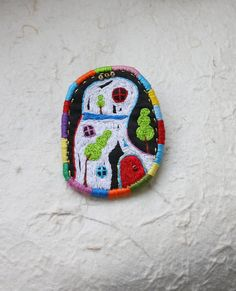 brooch by oksaniko I love how the edging reminds me of worry dolls. Textile Jewelry, Fabric Jewelry, Textile Art, Jewelry Art, Felt Embroidery, Embroidery Motifs, Fabric Brooch, Felt Fabric, Textiles