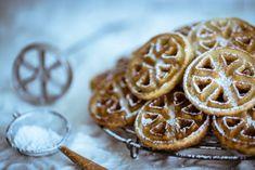 Vinnig net die oorsprong van die ystertjie noem. Dit is 'n Kers tradisie in Skandenawiese lande om hierdie happies voor berei. Dit word dan met versiersuiker besprinkel as dit afgekoel het. Ek gaan bietjie verder en doop die rosette in koeksister stroop. Dit is egter nie enige How Sweet Eats, Rosettes, Cake Cookies, Waffles, Biscuits, Meet, Cakes, Chocolate, Baking