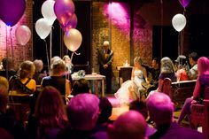 Bruidspaar tussen de ballonnen in de Westerliefde Amsterdam.
