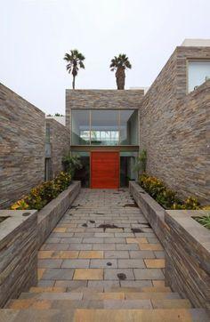 Casa con fachada moderna en la colina / Jose Orrego en Lima , Perú