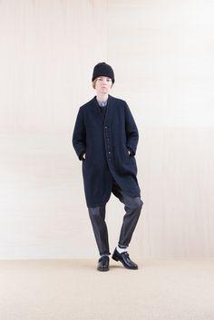 ちょっぴり個性的なシルエットのノーカラーコートは、ニット帽やレザーシューズと合わせてマニッシュに着こなしても、どこか女性らしく可愛らしい印象に。