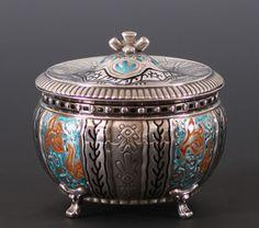 Bonbonierè i sølv og emalje, Tostrup. (H:12,5/Ø:13cm) Tilslag: 6.000,00 kr