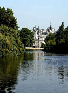 london st james park, Whitehall (center of Her Majesty's gov.) across the lake