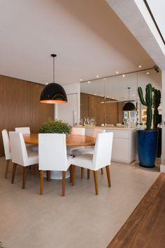 """Varanda gourmet integrada com sala de tv e jantar. No projeto realizado pela arquiteta Carolina de Nani o painel ripado """"esconde"""" a entrada do lavabo e da cozinha. Fotos por KL Fotografia de Interiores em São Paulo."""