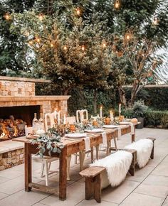 Curate your very own exclusive sanctuary with the top 33 finest outdoor patio ideas. Discover awesome backyard lounge and also dining location layouts from conventional to modern-day. Outdoor Tables, Outdoor Rooms, Outdoor Decor, Outdoor Table Settings, Outdoor Farmhouse Table, Fall Table Settings, Rustic Outdoor Dining Sets, Farmhouse Decor, Rustic Table