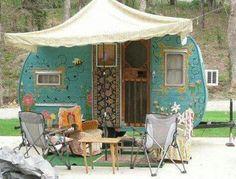 <O> Flower Power vintage camper. Tiny trailer - Travel caravan <O> Romantiche roulotte Pimp My Caravan, Camper Caravan, Gypsy Caravan, Gypsy Wagon, Gypsy Trailer, Retro Caravan, Caravan Ideas, Hippie Camper, Shasta Camper