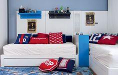 No quarto de Theo, 9 anos, e Cayo, 6, as camas foram encostadas na parede, formando um L para facilitar a circulação e deixar o espaço central livre para brincadeiras. Projeto do arquiteto Toninho Noronha