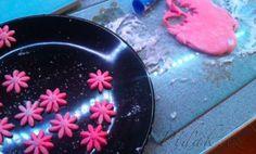 POTŘEBNÉ PŘÍSADY:  Balíček marshmallow dle požadované barvy  příp. gelová barva  HMOTA:  na 8 větších bonbonů asi 1 lžíci citronové šťávy cukr olej na potření škrob na podsypávání  KRÉM: 125 g bonbonů marshmallows 50ml mléka 125gmásla  POSTUP PŘÍPRAVY:  KRÉM Bonbony rozpustíme v teplém mléce. Griddles, Griddle Pan, Marshmallows, Pudding, Desserts, Food, Candy, Marshmallow, Tailgate Desserts