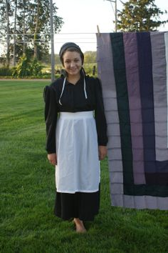 Amish girl in front of a quilt Church Fellowship, Amish Family, Amish Culture, Amish Community, Amish Quilts, Amish Country, Blonde Women, Simple Living, All Things