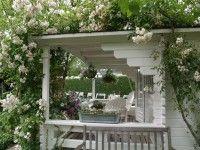 Deze tuin is prachtig ! Vooral dit wit huisje met de mooie witte klimrozen. Zo romantisch !