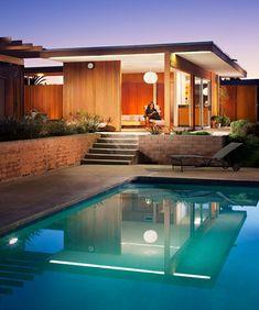 Área externa com piscina.
