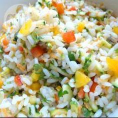 Een kleurrijke rijstsalade in Italiaanse stijl vol met verse courgette, wortel en paprika. Je kunt er ook couscous voor gebruiken, of bijvoorbeeld farro of tarly.