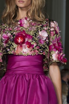 Marchesa Spring/Summer 2015 Collection (New York Fashion Week): That skirt looks reminiscent of an prom dress! Beauty And Fashion, Love Fashion, Runway Fashion, High Fashion, Marchesa Fashion, Fashion 2015, Couture Fashion, Luxury Fashion, London Fashion Weeks