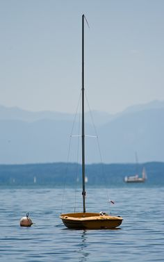 Kleines Segelboot auf dem Starnberger See, sailboat on the lake Starnberg, Bavaria, Germany