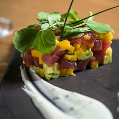 TARTAR DE ATUN: Ahi tuna, mango, avocado, soy sesame vinaigrette