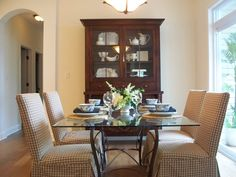 Dining area with courtyard views and access!