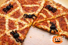 Ideas for Halloween. Pizza with olives spiders. Halloween Cakes, Halloween Treats, Soirée Halloween, Halloween Saludable, Cold Party Appetizers, Healthy Halloween Snacks, Desserts For A Crowd, Weird Food, Food Humor