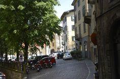 Ecco piazza Mercato del Fieno Sempre bella, anche con le auto - StoryLab Bergamo