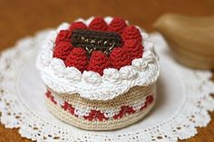(Japanese) Crochet cake _ carefully of Kurosshe Patissier Crochet Cake, Crochet Diy, Crochet Amigurumi, Crochet Food, Crochet Gifts, Amigurumi Patterns, Crochet Dolls, Crochet Patterns, Japanese Crochet