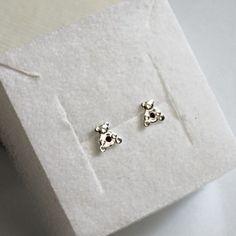 Kolczyki ze srebra próby 925 ozdobione małą cyrkonią w czerwonym kolorze. Rodzaj zapięcia: na sztyft. Srebrna biżuteria w atrakcyjnej cenie. Stud Earrings, Jewelry, Jewlery, Jewerly, Stud Earring, Schmuck, Jewels, Jewelery, Earring Studs