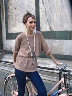 Street style inspiration: simple sweater/belt/long necklace combo