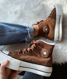"""👜 on Twitter: """"Chuck Taylor Cozy Club Platform 🐻… """" Mode Converse, Brown Converse, Converse All Star, Converse Boots, Dr Shoes, Hype Shoes, Me Too Shoes, Sneakers Fashion, Fashion Shoes"""