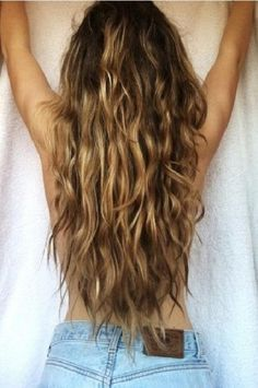 Gorg wavy brunette hair with highlights