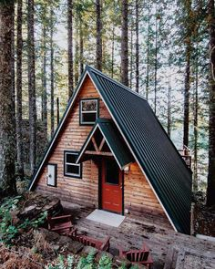 Rad a frame house / the green life A Frame Cabin, A Frame House, Tiny House Cabin, Cabin Homes, Cabins And Cottages, Cozy Cabin, Cabin Tent, Cabins In The Woods, Little Houses
