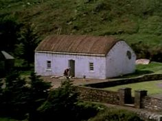 Archive film of weavers in Co. Donegal, Ireland. Really interesting video of the past. www.downirishroads.co.uk