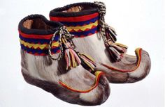 Nutukkaat - Fur shoes, sámi people don't use socks at all in these winter shoes, but only softed hay
