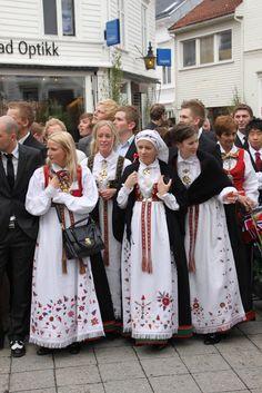 Flotte jenter i Aust-Agder bunaden. Forkledene er forskjellige og har lokal yilknytning. Folk Costume, Costumes, Going Out Of Business, Summer Outfits Women, Bridesmaid Dresses, Wedding Dresses, Norway, Culture, Street Style