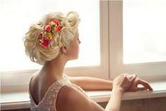 Нежная прическа подойдет как для свадебного дня, так и для романтичного вечера
