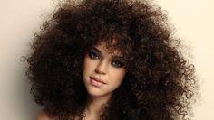 São muitas as mulheres que têm um cabelo volumoso e dificuldade em controlar tanto volume. Por isso, partilhamos esta dica de beleza, que é infalível. #Cabelo_Volumoso #dicas #truques #beleza #cabelo
