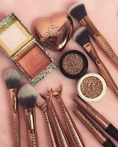 Glamorous lip products trending now. Beauty Blogs, Beauty Make-up, Cute Makeup, Gorgeous Makeup, Foto Rose, Aesthetic Makeup, Makeup Goals, Makeup Palette, Makeup Brush Set