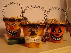 Hi everyone, back for day 4 of the Halloween countdown. My share today is a quick and simple treat bucket that you can make for your kids. Halloween Doodle, Halloween Ornaments, Halloween Projects, Spooky Halloween, Holidays Halloween, Halloween Stuff, Diy Halloween Buckets, Halloween Labels, Halloween Patterns