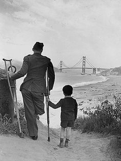 This wounded World War II veteran with his son after returning home from the war. 20 Powerful Black-And-White Photographs Of Regular Americans From History Nagasaki, Hiroshima, Fukushima, World History, World War Ii, Foto Art, Second World, Photos Du, Moving Photos