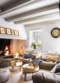 Pano0270-0276-2. salon con chimenea en una casa rustica