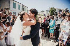 Baiser mariés sortie Eglise