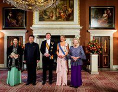 Amsterdam, 22 maart 2014: mevrouw Peng Liyuan, de Chinese president Xi Jinping, Koning Willem-Alexander, Koningin Máxima en Prinses Beatrix ...