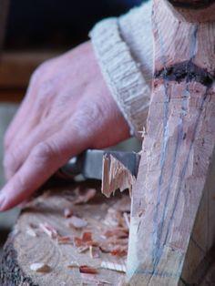 fent una destral de fusta