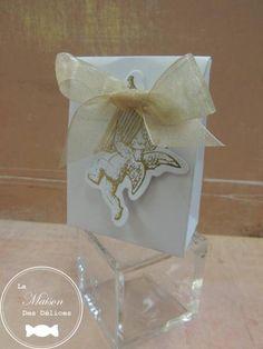 Si votre thème de mariage est l'ange, cette étiquette représentant un angelot accessoirisera parfaitement un ballotin à dragées http://www.maison-des-delices.fr/contenants-a-dragees-mariage-accessoire-690
