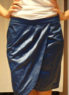 Kupuj mé předměty na #vinted http://www.vinted.cz/damske-obleceni/sukne-po-kolena/10397903-leskla-modra-pouzdrova-sukne-s-ozdobnymi-zahyby