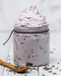 This whipped body butter recipe is easy to make and produces a dreamy, fluffy and rich body butter made with shea butter and essential oils that smells soo relaxing! Whipped Soap, Whipped Body Butter, Shea Butter, Cocoa Butter, Lotion En Barre, Homemade Body Butter, Lavender Recipes, Lotion Bars, Soap Recipes