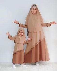 26 Setelen Model Gamis Couple Ibu dan Anak Modis – HijabTuts Modern Hijab Fashion, Muslim Women Fashion, Islamic Fashion, Abaya Fashion, Fashion Outfits, African Print Dress Designs, Mother Daughter Fashion, Hijab Look, Kids Gown