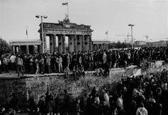 """night of Nov. 9/Nov. 10, 1989: Jubel: Die Mauer """"fiel"""" in der Nacht zum 10. November 1989 - die Berliner jubelten. Barbara Klemm hielt dieses historische Ereignis mit ihrer Kamera fest - obwohl sie mittendrin war, gelang ihr eine nüchtern-distanzierte Bildsprache."""