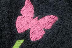Algunos ejemplos de toallas de algodón bordadas con diferentes logos de clientes.